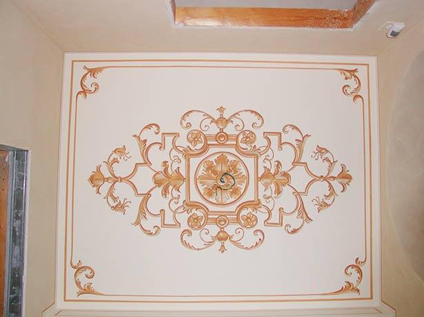 Lavorazioni decori a mano cornici boiserie rosoni for Decorazioni in polistirolo per interni